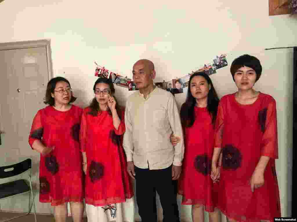 中国709律师的妻子李文足(右起第一人)、 王峭岭 (左起第一人)等人和知名草根人权活动人士吴淦(网名超级低俗屠夫)的父亲徐孝顺合影 (网络图片)。