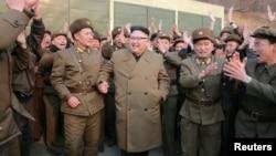Lãnh tụ Bắc Hàn Kim Jong Un và các binh sĩ.