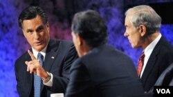 Tiga kontestan terkuat dari hasil kaukus di Iowa, dari kiri: Mitt Romney, Rick Santorum (membelakangi kamera) dan Ron Paul dalam acara debat di Dartmouth College, New Hampshire.