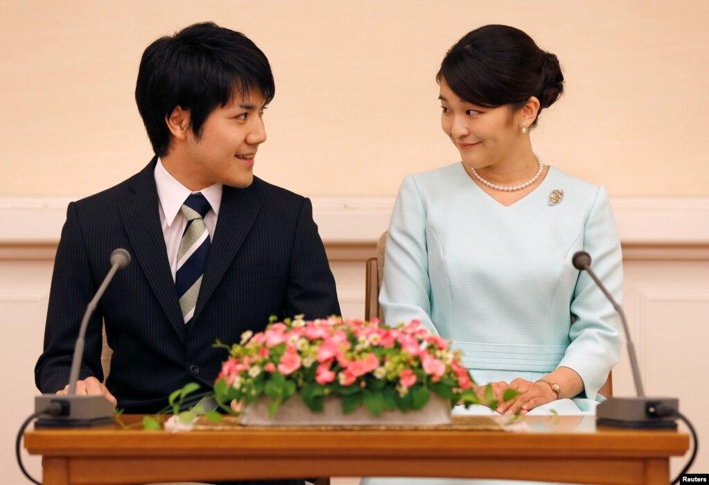 아키히토 일본 천황의 큰손녀인 마코(오른쪽) 공주가 대학 동기 회사원과 약혼한다고 일본 왕실이 공식 발표했다. 사진은 도쿄 기자회견에서 마주보며 웃고 있는 마코 공주와 약혼자 고무로 게이. 전례에 따라, 마코 공주는 일반인과 결혼하는 동시에 왕적을 잃는다.