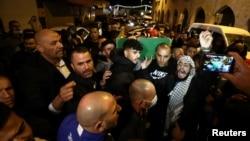 Warga menghadiri pemakaman Iyad Khayri, pria Palestina yang ditembak petugas keamanan Israel, di Yerusalem, Minggu, 31 Mei 2020. (Foto: Reuters)