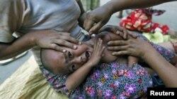 ເດັກນ້ອຍຊາວເຜົ່າ Kachin ຄົນນຶ່ງໃນມຽນມາ ທີ່ເປັນໂຣກໄຂ້ຍຸງ ກໍາລັງ ໄດ້ຮັບການປິ່ນປົວທີ່ສຸກສາລາແຫ່ງນຶ່ງໃນມຽນມາ.