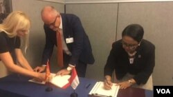 Penandatanganan perjanjian kerja sama Montenegro-RI oleh Menlu Montenegro Srdan Darmanovic dan Menlu RI Retno Marsudi di New York Kamis 21/9 (VOA/Made Yoni).