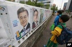 지난달 20일 한국 서울에 대통령 선거에 출마한 후보들의 벽보가 걸려있다.