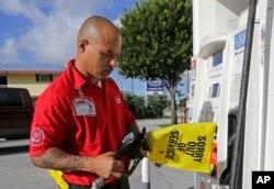 Albert Fernández, empleado de una estación de gasolina en Key Largo, Florida, pone un aviso de cierre de una estación de bombeo que se quedó sin combustible debido a la enorme demanda de residentes antes de la llegada del huracán Irma al estado. Septiembre 6, 2017.
