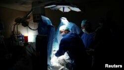 Dokter merawat pasien dengan terapi rintisan menggunakan cahaya (fotodinamis) untuk membunuh tumor kanker prostat di departemen urologi rumah sakit Ramat Aviv di Tel Aviv, Israel. (Foto: Dok)