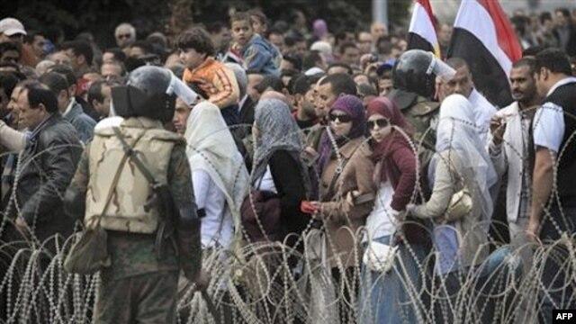 Người biểu tình chống Tổng thống Ai Cập Hosni Mubarak xếp hàng đến Quảng trường Tahrir ở Cairo