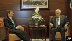 Palestinian President Mahmoud Abbas (R) meets with US Mideast peace envoy David Hale in the West Bank city of Ramallah, September 7, 2011.