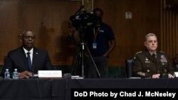 로이드 오스틴 미국 국방장관(왼쪽)과 마크 밀리 합참의장이 17일 상원 세출위 청문회에 출석했다.
