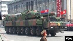 지난해 4월 북한 평양에서 열린 김일성 주석 100회 생일기념 열병식에 등장한 장거리 탄도 미사일.