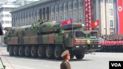 지난 2011년 4월 북한 평양에서 열린 김일성 주석 100회 생일기념 열병식에 등장한 장거리 탄도 미사일. (자료사진)