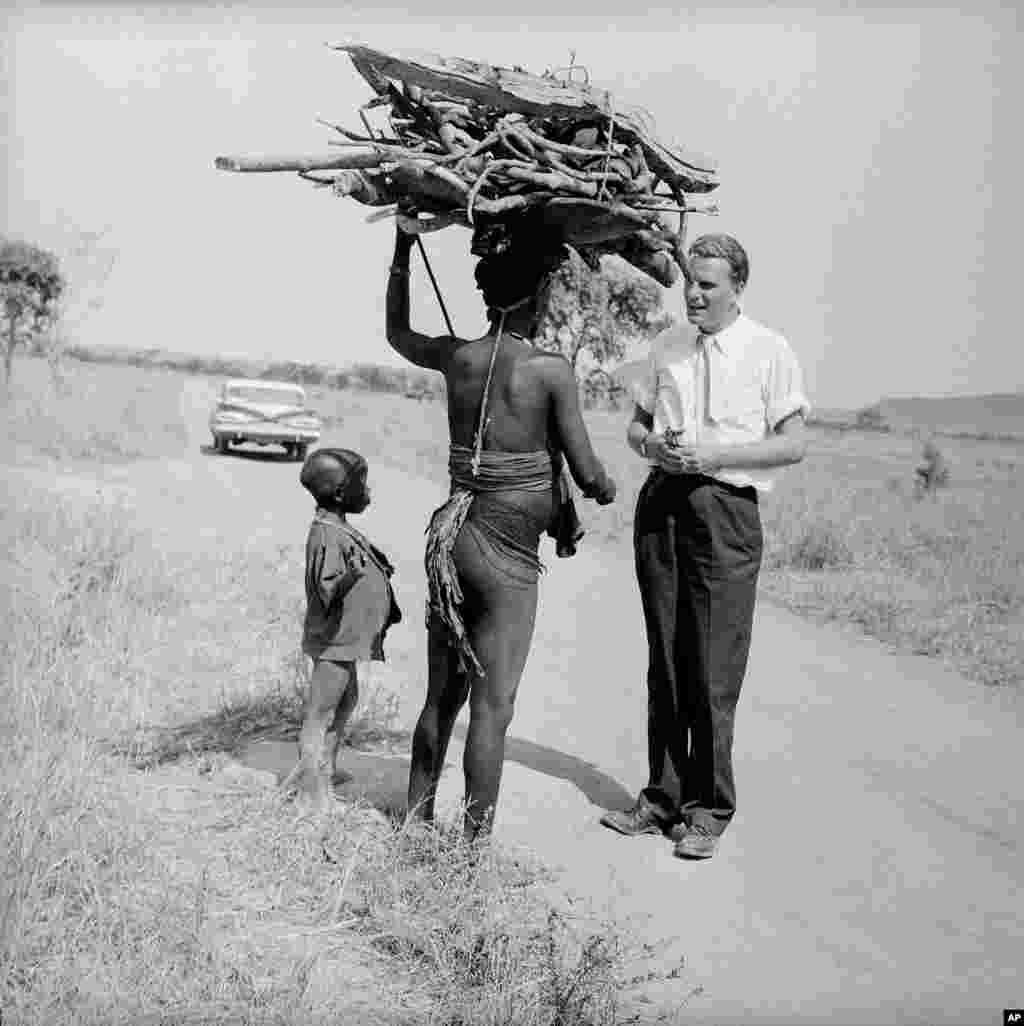 Billy Graham discute avec une femme et un petit garçon près du village de Miango dans l'est du Nigeria, le 19 février 1960.