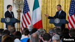 Presiden AS Barack Obama (kanan) memberikan konferensi pers gabungan bersama PM Italia Matteo Renzi di Washington, Jumat (17/4).