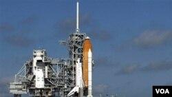 Pesawat ulang-alik Discovery di landasan peluncuran di Cape Canaveral, Florida.