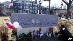 美國樂壇巨星雲妮.侯斯頓葬禮定於星期六舉行﹐哀悼者在殯儀館和教堂外為這位歌星擺放了卡片﹑鮮花和字條。