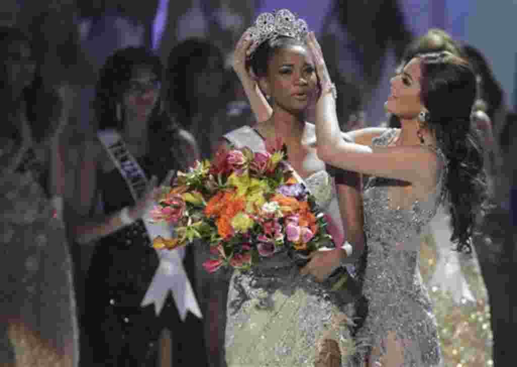 La señorita Angola, Leila Lopes, recibe la corona de parte de la Miss Universo 2010, la mexicana Ximena Navarrete.