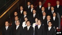 Thủ tướng Nhật Yoshihiko Noda (giữa, hàng đầu) đứng cùng một số thành viên nội các sau phiên họp nội các đầu tiên hôm 2/9/11