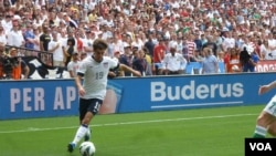 Graham Zusi assisted on the first U.S. goal in 13th minute, scored by Jozy Altidore, June 2, 2013. (Photo: Parke Brewer / VOA)