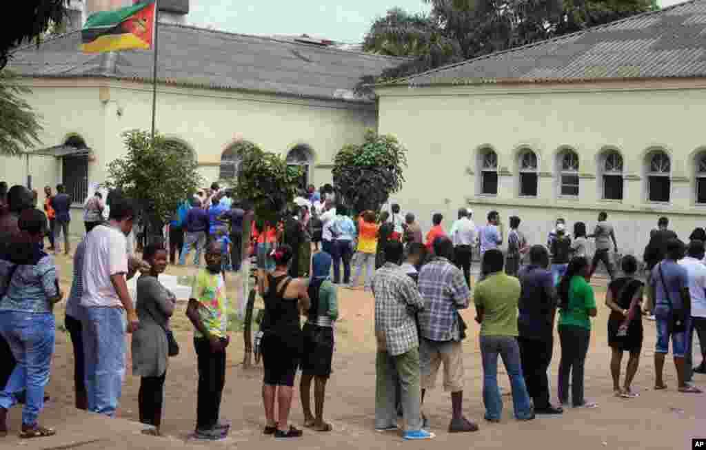 Wapiga kura wamesimama kwa utulivu katika mistari mirefu kusubiri zamu ya kupiga kura zao katika kituo cha kupiga kura cha Maputo, Msumbiji, Oct. 15, 2014.