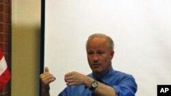 众议员考夫曼在选民市镇大会上讲话