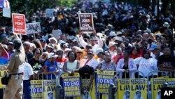 Warga berkumpul di Lincoln Memorial di Washington untuk memperingati pawai gerakan hak-hak sipil di tempat yang sama pada 1963 (24/8). (AP/Jose Luis Magana)