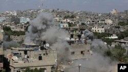 Asap mengepul setelah misil Israel menyerang sebuah bangunan di kamp pengungsi Jabalya di Jalur Gaza utara (14/7).