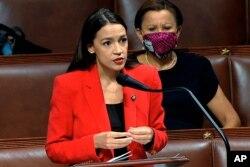 Aleksandriya Okasio-Kortez o'zini sotsialist demokrat deya ta'riflaydi. Demokratik partiyaning progressiv qanotidan. Respublikachilar tomonidan va konservativ telekanallarda eng ko'p tanqidga uchraydigan qonunchilardan.