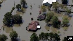 지난달 1일 허리케인 '하비' 피해 지역인 미국 텍사스주 뷰몬트 주택가가 물에 잠겨있다.