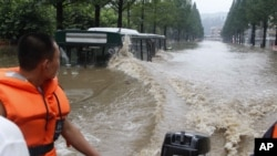 Một chiếc thuyền đi qua đường phố ngập lụt ở thành phố Anju trong tỉnh Phyongan ở Bắc Triều Tiên, ngày 30/7/2012