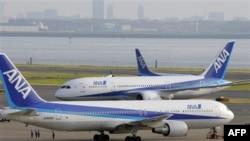 Prvi Boing 787 (u drugom planu) sa oznakama japanske aviokompanije Ol Nipon ervejz (ANA) predat je danas kupcu