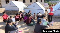 지난해 10월 북한 강원도 문천에서 적십자 자원봉사자가 주민들에게 보건 교육을 하고 있다. (사진제공: 북한 조선적십자회)