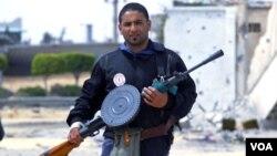 Un combatiente rebelde fuertemente armado participa de la defensa de Misrata en la calle Trípoli, donde este miércoles murieron dos fotógrafos extranjeros.