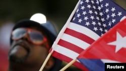 미국 워싱턴 DC 쿠바 대사관이 재개설식을 가진 지난달 20일 축하 인파가 쿠바와 미국 국기를 동시에 흔들고 있다. (자료사진)