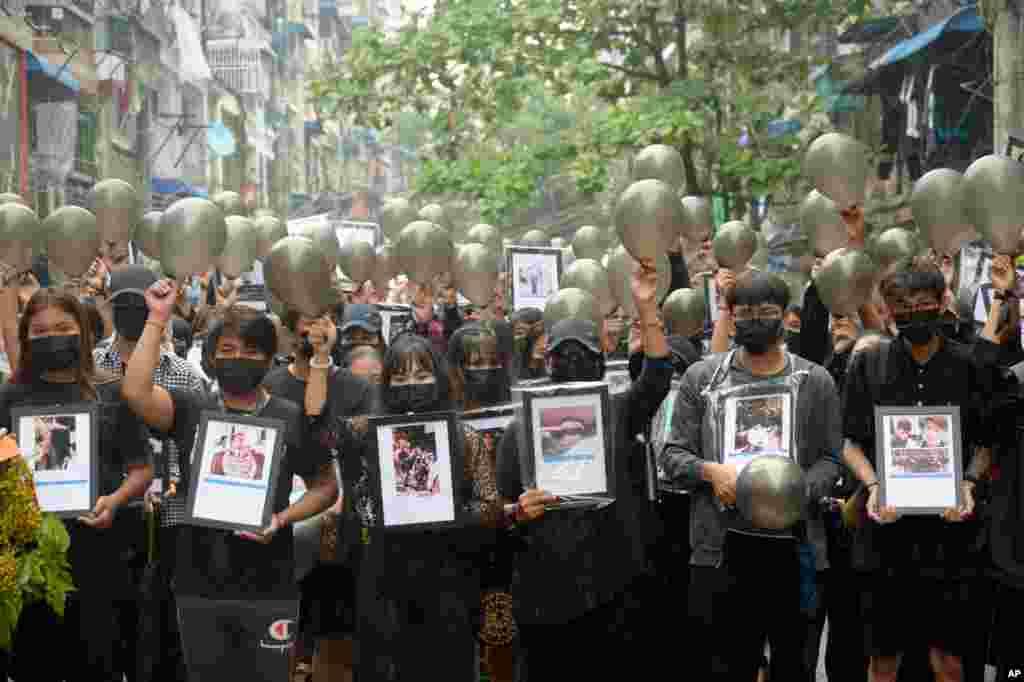 معترضان ضد کودتای نظامی با در دست داشتن تصاویری از کشته شدگان اعتراضات اخیر در یانگون، میانمار(برمه) تجمع کردند.