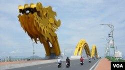 Cầu Rồng, Đà Nẵng (Ảnh của phóng viên VOA Reasey Poch).