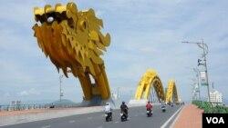 Cầu Rồng, Đà Nẵng. (VOA - Reasey Poch).