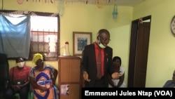Dr Abel Messina -chemise rouge- explique aux habitants du quartier Mimboman, les spécificités de la prise en charge des toxicomanes à Yaoundé, le 17 juillet 2021 (VOA/Emmanuel Jules Ntap)