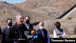 El líder de la minoría de la Cámara de Representantes, Kevin McCarthy, habla con la prensa durante una gira de una delegación de legisladores republicanos a la frontera entre EE. UU. y México, en El Paso, Texas, el 15 de marzo de 2021.