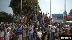 Warga memenuhi jalan menanti kedatangan Paus Fransiskus di Bangui, Republik Afrika Tengah, 29 November 2015.