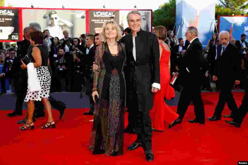 جرمی آیرونز و همسرش سیناد کوئسک در جشنواره فیلم ونیز.