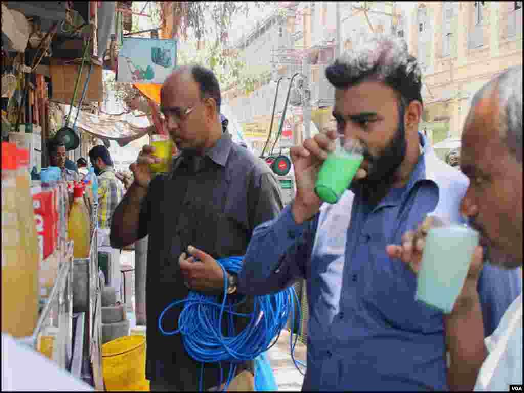 مارکیٹ میں کام کرنے والے افراد گرمی کے دنوں میں ٹھنڈے اور فرحت بخش مشروبات شوق سے پیتے ہیں