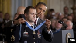 Tổng thống Obama đeo huy chương danh dự cho Trung sĩ Salvatore Giunta trong một buổi lễ tại Tòa Bạch Ốc