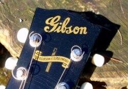 Women Kept Gibson Guitar Playing During WWII