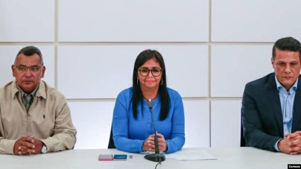 Delcy Rodríguez (centro), el ministro Néstor Reverol (izquierda) y el presidente de la oficina de identificación -SAIME- Gustavo Vizcaíno (derecha) anuncian el aumento del precio del pasaporte y su nuevo método de pago. Noviembre 5, 2018. (Foto: twitter oficial del ministro Reverol)