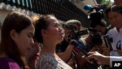 被判刑的路透社记者瓦龙(Wa Lone)的妻子潘艾蒙(Pan Ei Mon)在离开仰光高等法院时对记者讲话。(2018年12月24日)