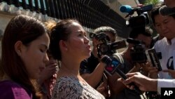 Pan Ei Mon, épouse du journaliste Wa Lone, parle à la presse. A gauche, Chit Su Win, femme de Kyaw Soe Oo, à la Haute Cour de Justice de Rangoun, Birmanie, le 24 décembre 2018
