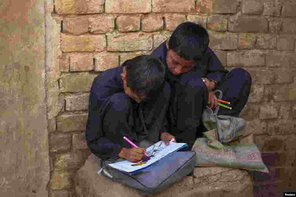 حصول تعلیم سے محروم ان بچوں کی عمریں پانچ سے سولہ سال کے درمیان ہیں۔