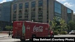 資料照片:一輛運送可口可樂飲料的卡車經過華盛頓市的一座辦公樓。