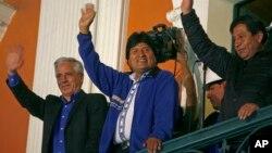 볼리비아 대통령 선거가 열린 12일 3선에 도전하는 에보 모랄레스 현 대통령이 라파스의 대통령궁에서 지지자들에게 손을 흔들고 있다.