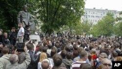 Moskova'da az rastlanan izinsiz gösteri yapan muhalefet yanlısı protestocular